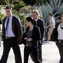 Simon Baker e la squadra nell'episodio Crimson Casanova della serie The Mentalist