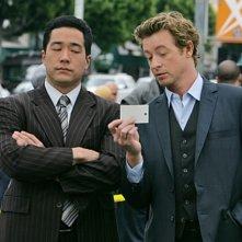 Simon Baker e Tim Kang in una scena dell'episodio A Dozen Red Roses di The Mentalist