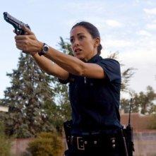 Arlene Tur in una scena d'azione nell'episodio 'Clusterfuck' della serie tv Crash