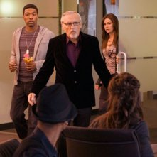 Dennis Hopper e Jocko Sims in unmomento dell'episodio 'Pissing in the Sandbox' della serie Crash