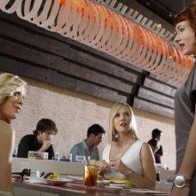 Jennie Garth, Tori Spelling e Diablo Cody in una scena dell'episodio Okaeri, Donna! di 90210