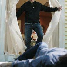 Matt Dallas e, a terra,  Hal Ozsan in una scena d'azione dell'episodio Bringing Down the House della terza stagione di Kyle XY