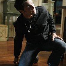 Matt Dallas in una sequenza dell'episodio Bringing Down the House della terza stagione di Kyle XY