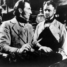 Peter Cushing in una sequenza de La maschera di Frankenstein