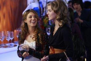Shenae Grimes ed AnnaLynne McCord in una scena dell'episodio Between a Sign and a Hard Place di 90210