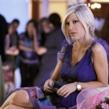Tori Spelling in una scena dell'episodio Between a Sign and a Hard Place di 90210