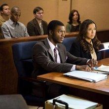 Aldis Hodge e Maria Russell in un momento dell'episodio 'The Juror #6 Job' della prima stagione di Leverage