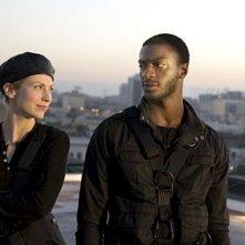 Beth Riesgraf con Aldis Hodge in una scena dell'episodio 'Tornando a casa' della prima stagione di Leverage