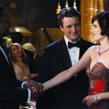 Joseph C. Phillips, Stana Katic e Nathan Fillion in una scena dell'episodio Home Is Where the Heart Stops di Castle