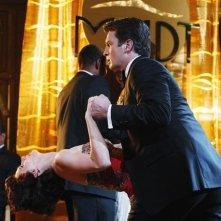 Stana Katic e Nathan Fillion ballano in una scena dell'episodio Home Is Where the Heart Stops di Castle