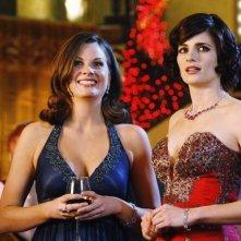 Stana Katic ed Elizabeth Ann Bennett in una scena dell'episodio Home Is Where the Heart Stops di Castle