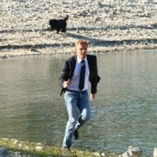 Kaspar Capparoni in un momento d'azione della fiction Al di là del lago