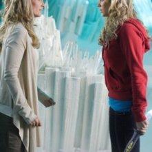 Laura Vandervoort con Helen Slater in una scena dell'episodio ' L'anello Blu ' della settima stagione di Smallville