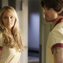 Laura Vandervoort ie Corey Sevier n una scena dell'episodio 'Fracture' della settima stagione di Smallville