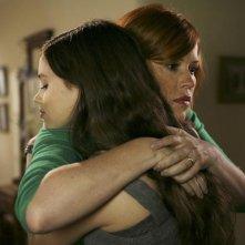 Molly Ringwald e India Eisley in una scena dell'episodio La proposta di matrimonio de La vita segreta di una teenager americana