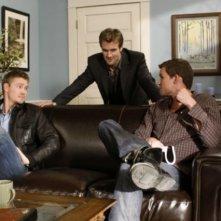 Austin Nichols, James Van Der Beek e Chad Michael Murray in una scena dell'episodio We Change, We Wait di One Tree Hill