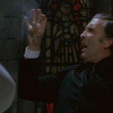 Christopher Lee in una scena di 1972: Dracula colpisce ancora