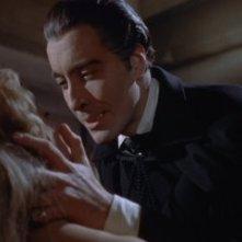 Christopher Lee seduce Melissa Stribling in una scena di Dracula il vampiro