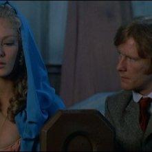 Dennis Waterman e Jenny Hanley in una scena de Il marchio di Dracula