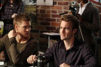 James Van Der Beek e Chad Michael Murray nell'episodio Screenwriter's Blues di One Tree Hill
