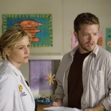 Jessica Capshaw e Elden Henson in una scena dell'episodio Sweet Surrender di Grey's Anatomy