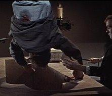 Klove (Philip Latham) sacrifica Alan (Charles 'Bud' Tingwell) in Dracula principe delle tenebre