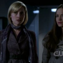 Kristin Kreuk con Allison Mack in una scena dell'episodio 'Traveler' della serie tv Smallville