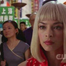 Kristin Kreuk in un'insolita parrucca bionda  in una scena dell'episodio 'Il sole giallo' della serie tv Smallville