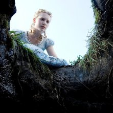 Mia Wasikowska in una scena del film Alice in Wonderland