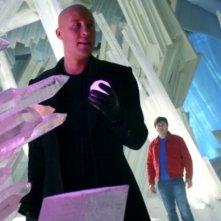Michael Rosenbaum  con alle sue spalle Tom Welling nell'episodio 'Arctic' della serie tv Smallville