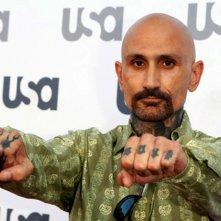 Robert LaSardo mostra uno dei suoi tantissimi tatuaggi