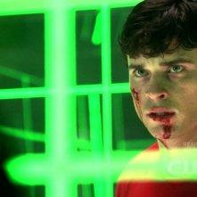 Tom Welling imprigionato in una cella di kryptonite in una scena dell'episodio 'Traveler' della serie tv Smallville