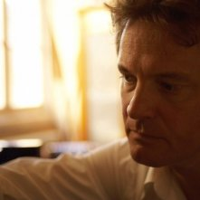 Colin Firth in una scena del film Genova
