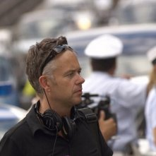 Il regista Michael Winterbottom sul set del film Genova