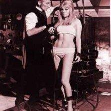 Peter Cushing e Susan Denberg in una scena de La maledizione di Frankenstein