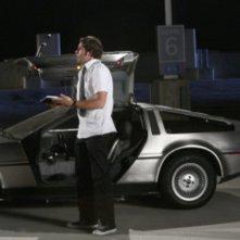 Zachary Levy e la DeLorean in una scena dell'episodio 'Chuck Versus the DeLorean' della seconda stagione di Chuck