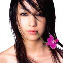 Mika Nakashima con un fiore in bocca