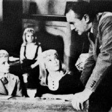 I bambini alieni e George Sanders in una scena de Il villaggio dei dannati