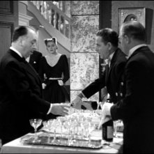 Il cameo di Hitchcock alla festa di Alicia (Ingrid Bergman) e Alexander (Claude Rains) in Notorius