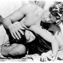 Una sensuale scena del film Tabù di Murnau (1931)