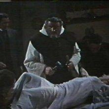 Andrew Keir trafigge con un paletto Barbara Shelley in Dracula principe delle tenebre