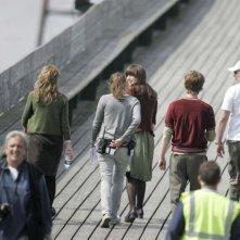 Keira Knightley sorride tra una ripresa e l'altra di Never Let Me Go