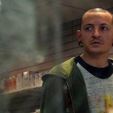 Chester Bennington (Linkin Park) in una scena del film Crank