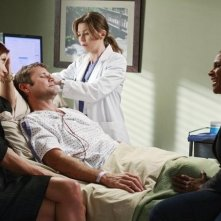 Kate Walsh, Ellen Pompeo ed Audra McDonald in una scena dell'episodio Before and After di Grey's Anatomy