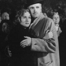 Laurence Olivier e Joan Fontaine in una scena di Rebecca, la prima moglie