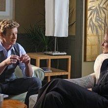 Leslie Hope e Simon Baker in un momento dell'episodio Seeing Red di The Mentalist