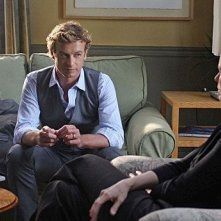 Leslie Hope e Simon Baker in una scena dell'episodio Seeing Red di The Mentalist