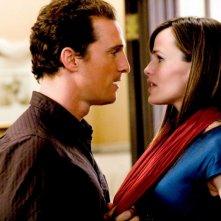 Matthew McConaughey e Jennifer Garner in una scena del film La rivolta delle ex