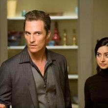 Matthew McConaughey e Noureen DeWulf in una scena del film La rivolta delle ex