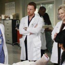 Sandra Oh e Kevin McKidd con la guest star Faye Dunaway nell'episodio An Honest Mistake di Grey's Anatomy